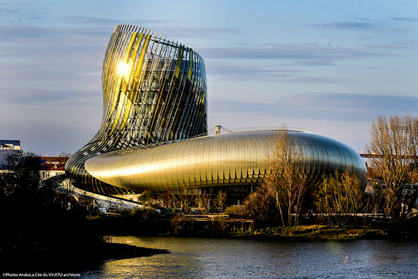 Vue extérieure de la Cité du Vin à Bordeaux