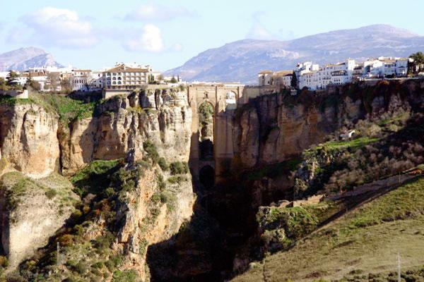 culture andalouse, visitez ses sites classés au patrimoine de l'humanité : à Grenade, l'Alhambra, le Generalife et le quartier de l'Albayzin ; à Cordoue, le centre historique et la mosquée ; à Séville, la cathédrale, l'alcazar et les archives des Indes ; dans la province de Jaén, les villes d'Úbeda et Baeza. Ne manquez pas non plus des événements comme la Semaine sainte, le carnaval de Cadix, le Rocío de Huelva, ou la Feria de Abril de Séville, Costa del Sol, de la Costa de la Luz et d'Almería, Sierra Nevada