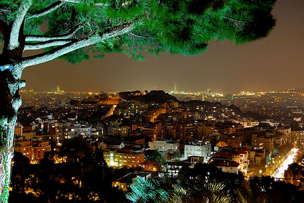 nord-est de l'Espagne, au centre de la Catalogne. Sa capitale, la ville de Barcelone (qui est aussi la capitale régionale), permet d'admirer de nombreuses œuvres de l'artiste Antoni Gaudí classées au patrimoine de l'humanité par l'UNESCO, tout comme le Palau de la Música Catalana et l'Hospital de Sant Pau. Le littoral, baigné par les eaux de la Méditerranée, est riche en hauts lieux du tourisme comme Sitges, Castelldefels, Sant Pol de Mar, Calella ou Arenys de Mar et aussi Vic, Manresa, Granollers, Sabadell ou Terrassa